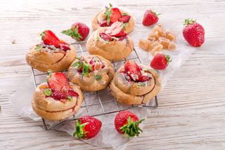 Almond cakes with vanilla and strawberries