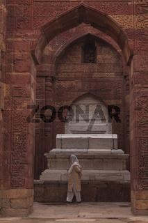 Muslimin vor Grabmahl, Qutab Minar, Dehli