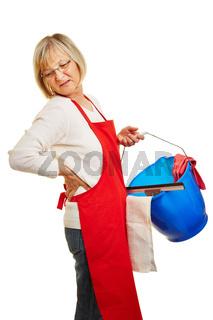 Putzfrau mit Rückenschmerzen