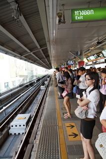 Menschen auf einem Bahnsteig des Skytrain in Bangkok - People on a Platform of the Skytrain in Bangkok