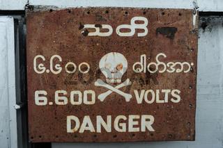 Yangon, Myanmar, Warnschild mit Totenkopfsymbol fuer Hochspannung