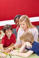 Schüler lösen Puzzle mit Lehrer in Schule