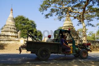 LKW auf Landstrasse bei Nyaung U, Bagan Myanmar