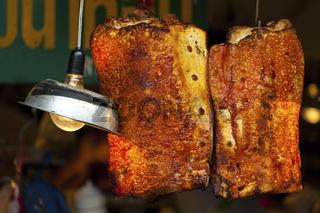 Gebratenes Fleisch auf dem Chatachuk Markt in Bangkok - Fried Meat on the Chatachuk Market in Bangkok