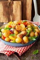 Bunte Gemuesepfanne mit Kartoffeln