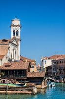 venedig, italien - 20.03.2019 - historische gondelwerft und kirche san trovaso