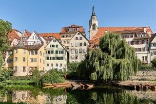 Tübingen vom Necker aus mit Hölderlinturm und Stiftskirche St. Georg