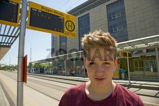 Dreizehnjähriger Junge, Bushaltestelle Prager Strasse, Dresden, Freistaat Sachsen, Deutschland, Europa
