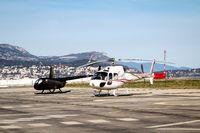 Ein Helikopter mit zwei Hauptrotorblätter beim Start
