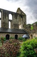 Unterwegs auf dem Rotweinwanderweg im Ahrtal mit einem verfallenen Kloster