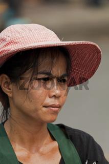 Frau mit Hut in Bangkok - Woman with Hat in Bangkok