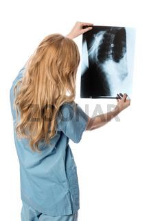 ärztin schaut auf ein röntgenbild