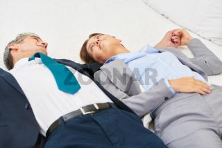 Business Paar liegt auf Bett im Hotel