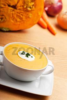 Kürbissuppe in einer weißen Suppentasse