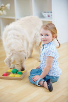Kleines Kind mit Golden Retriever Hund