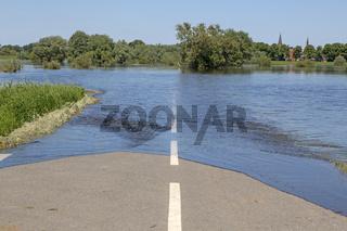 Überschwemmte Strasse bei Hochwasser an der Elbe,2013, Dömitz,  Deutschland, Europa