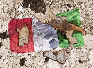 Italienische Flagge vor verwittertem Hintergrund