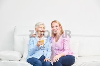Familie mit alter Seniorin als Mutter