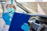 Sanitäter führt Liste zur Kontaktverfolgung im Rettungswagen