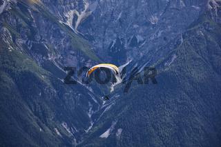 Gleitschirmflieger in den Bergen, im Stubaital, Tirol, Österreich.