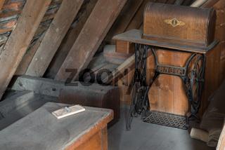 Singer Nähmaschine auf einem Dachboden