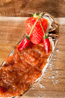 Marmeladebrot mit frischen Zutaten garniert