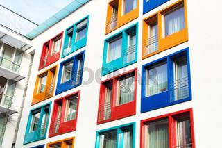 Bunte Fassade modernes Mehrparteienhaus