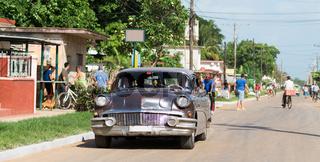 Strassenleben in Santa Clara Kuba mit silbernden Oldtimern