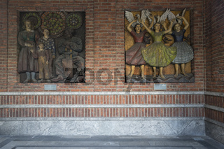 Holzrelief in den Arkaden des Rathauses in Oslo