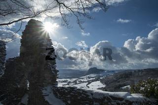 Blick vom Hohenkrähen in die winterliche Hegaulandschaft mit dem Hohentwiel