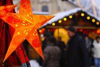 Weihnachtsstern auf einem Weihnachtsmarkt