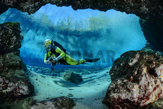 Taucher bei Eingang zur Hoehle von Ginnie Springs, Scuba diver by entrance of the cave from Ginnie Spring
