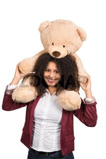Frau trägt einen Teddy auf den Schultern