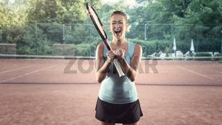 Sportliche Frau mit Tennisschläger jubelt