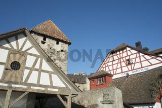 Fachwerkhäuser in der Altstadt von Stein am Rhein mit der Burg Hohenklingen