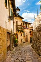 Mediterrane Gasse in der Toskana