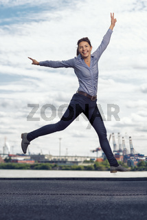 Junge Frau springt aus Freude