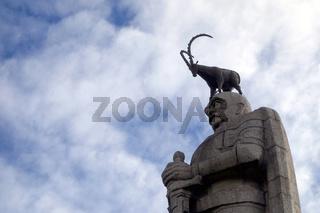 Bismarck-Denkmal mit Steinbock in Hamburg.jpg