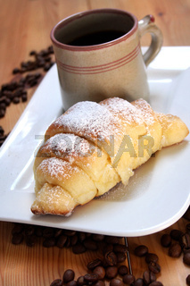 Kaffeepause, Kaffee mit Zimthefehörnchen, Frühstücksgebäck