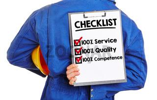 Arbeiter mit Checkliste für Qualität