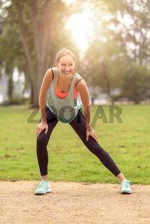 Athletische junge Frau dehnt und Aufwärm Übungen