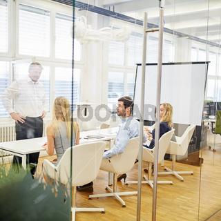 Business Team und Berater bei einem Workshop