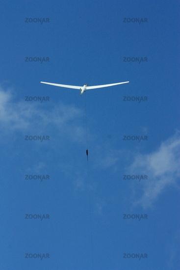 Segelflugzeug am blauen Himmel, Windenstart