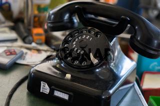Schwarzes Telefon mit Wählscheibe