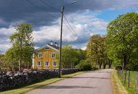 Altes gelbes Holzhaus in Schweden