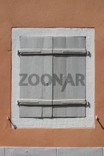 Fensterläden an einem alten Stadthaus in der Altstadt von Staufen