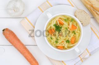 Nudelsuppe Suppe Brühe in Suppentasse von oben