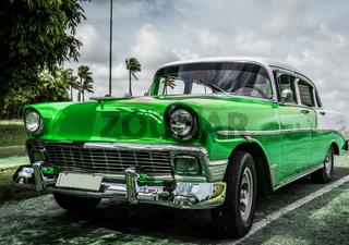 Grüner Oldtimer parkt in Cuba - HDR
