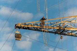 Elektiker reparieren einen Strommasten