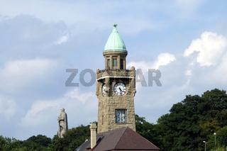 Pegelturm und Bismarckdenkmal in Hamburg